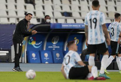 Lionel Scaloni da instrucciones durante el partido entre Argentina y Chile.