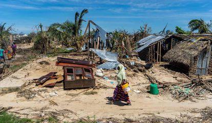 Una mujer camina junto a unas casas destrozadas por el ciclón Kenneth el pasado 13 de mayo en la localidad de Guludo de la isla de Ibo, en Mozambique.