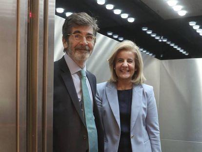 El presidente de la comsisón de evaluación y actualización del Estado autonómico, José enrique Serrano, con la ministra Fátima Báñez.