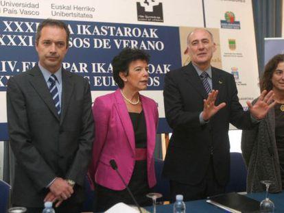 Iñaki Goirizelaia, (segundo por la derecha) junto a Isabel Celaá, ayer en San Sebastián, en la presentación de los Cursos de Verano.