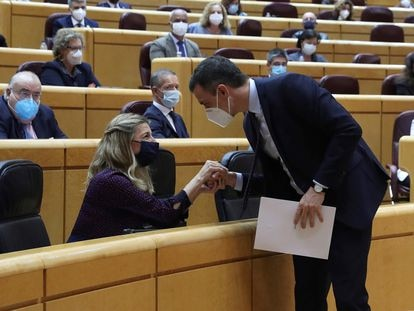 Pedro Sánchez saluda a Yolanda Díaz durante una sesión en el Senado.