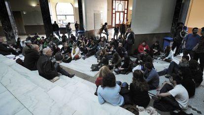Reunión de estudiantes en el rectorado de la Universitat de València.
