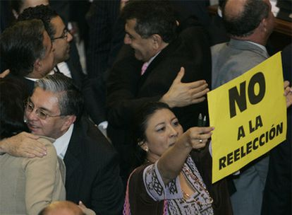 Diputados uribistas celebran la victoria junto a una opositora.