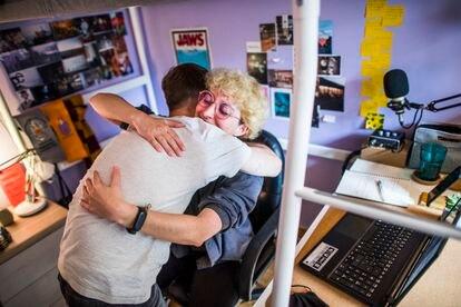 Isis y su amigo Jaime se abrazan en el piso que comparten en Madrid, tras la presentación del trabajo de fin de grado de esta estudiante de Periodismo.