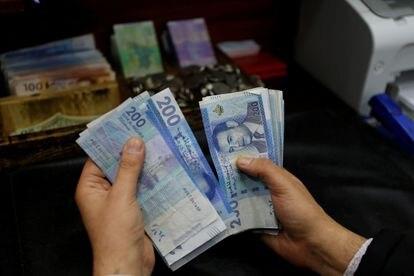 Un comerciante de divisas cuenta dirhams marroquíes en una casa de cambio en Rabat, Marruecos, el 20 de febrero de 2020.