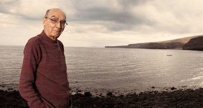 José Saramago, en playa Quemada, entre los municipios de Yaiza y Tías, en Lanzarote, en una imagen de 2007.