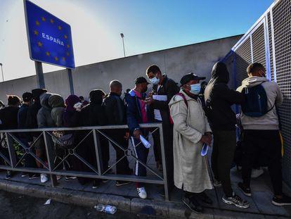 Colas en la frontera de Ceuta con Marruecos para acceder a la oficina de asilo.