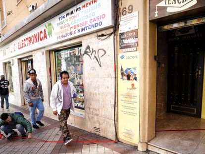Ilan Kav, del colectivo Mamaza, pega una línea roja el pasado viernes en la calle de Marcelo Usera de Madrid.