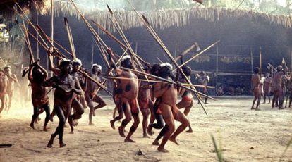 Un grupo de yanomami hacen un despliegue de fuerzas en una danza ritual ante otra comunidad, en una foto tomada a finales de los sesenta.
