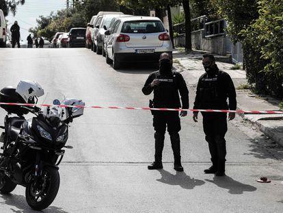 La policía griega bloquea la calle en la que se encuentra la vivienda de Yorgos Karaivaz en Alimos, a las afueras de Atenas, el 9 de abril.
