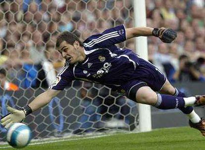Casillas se estira para despejar un remate durante un <i>derby</i> contra el Atlético.