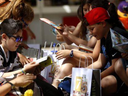 Un grupo de niños con sus compras en la Feria del Libro de Madrid.
