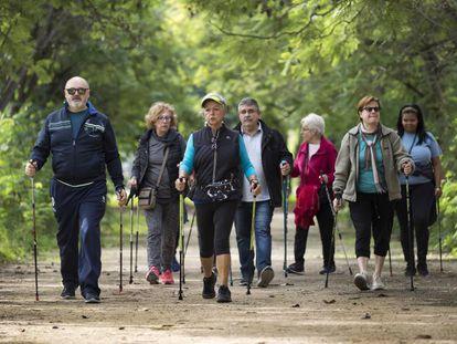 Un grupo de jubilados practicando senderismo en Valencia.