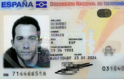 Carné de identidad de Sergio Álvarez, con un palillo en la boca.