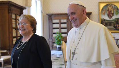 El Papa recibe a Michelle Bachelet en el Vaticano.