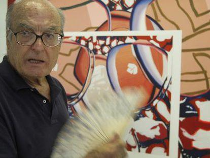 Luis Gordillo ante su obra 'No te miro no te veo'.