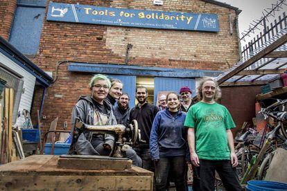 John y Stephen Wood (primero y segundo por la derecha), fundadores de la Tools for Solidarity, junto a voluntarios en el taller en Belfast.