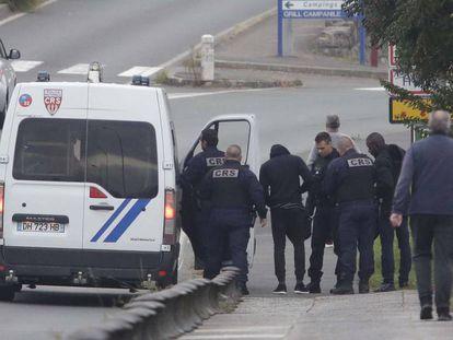 Agentes de la policía francesa interceptan este jueves a inmigrantes subsaharianos en la frontera de Irún.