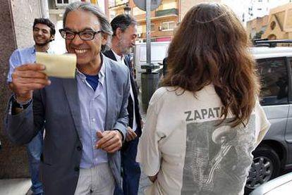 El candidato Manuel Mata acude a su agrupación valenciana para votar.