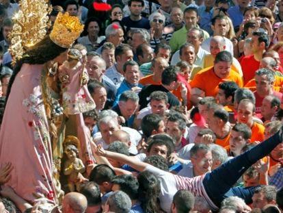 La Virgen de los Desamaparados nada más salir de la Catedral de Valencia