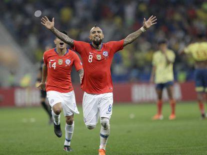 Arturo Vidal celebra tras derrotar a Colombia.
