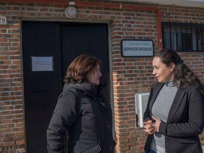 La concejala de Servicios Sociales de Galapagar, Raquel Lafuente (i) charla con Raquel Almendros, concejala de Podemos en el pueblo, esta semana.