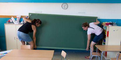 Las profesoras de la escuela Esparraguera II (Barcelona) embalan los enseres del centro que cierra sus puertas por los recortes.