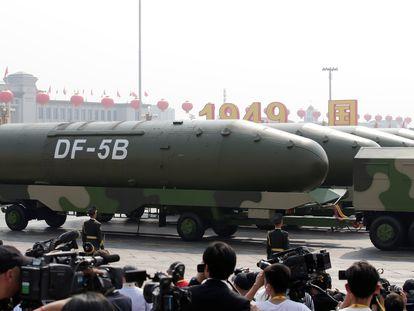 Vehículos militares transportan misiles balísticos intercontinentales  DF-5B  en el desfile por el 70 aniversario de la creación de la República Popular China, el 1 de octubre en la plaza de Tiananmen, en Pekín.