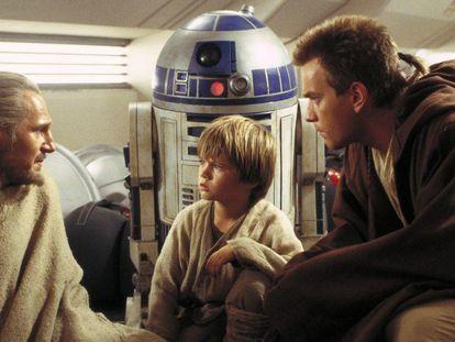 Los actores Liam Neeson (izquierda), el niño Jake Lloyd y Ewan McGregor, en 'La amenaza fantasma', de Star Wars.
