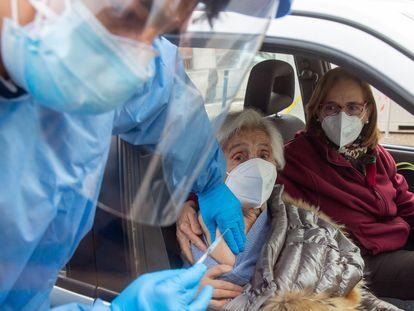 Vacunación colectiva en el centro de diagnóstico móvil ubicado en Haro (La Rioja), este jueves.