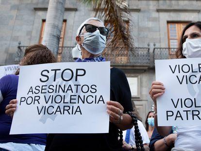 """Concentración en la plaza de la Candelaria de Tenerife en repulsa por """"todos los feminicidios"""", el pasado viernes."""
