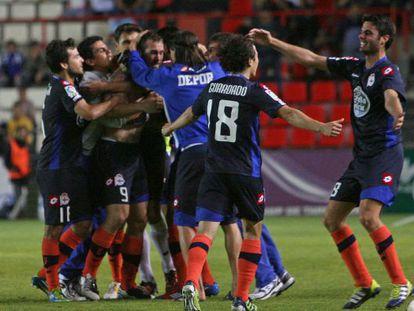 Los jugadores del Depor celebran la victoria ante el Nástic