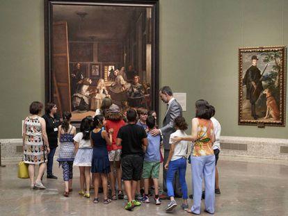 El rey Felipe VI ejerce de anfitrión del programa escolar 'El arte de educar' que se celebró en el Museo del Prado en 2017.