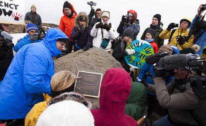 Acto de colocación de la placa en recuerdo del glaciar Ok, este domingo.