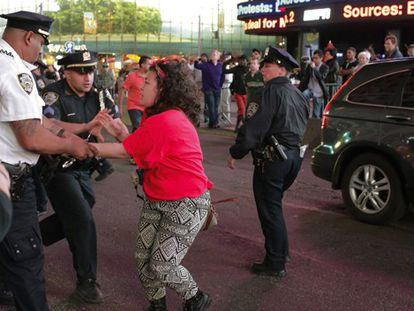 Una mujer se resiste a un policía en Times Square.