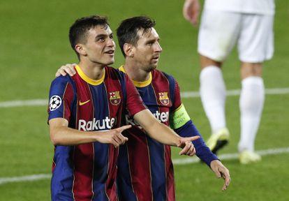 Messi y Pedri, festejan un gol en la Champions.