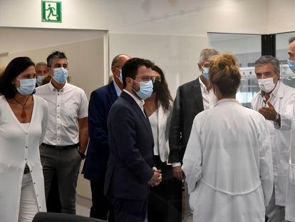 El presidente de la Generalitat, Pere Aragonès (c), y el consejero de Salud, Josep Maria Argimon (d), durante una visita institucional al Hospital de Sant Joan Despí.