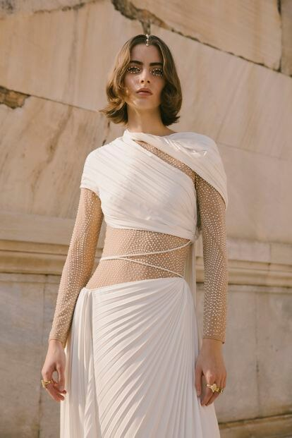 Los drapeados y plisados de las túnicas griegas se combinan con referencias deportivas contemporáneas, como los materiales elásticos y las zapatillas en la colección crucero 2022 ideada por Maria Grazia Chiuri.