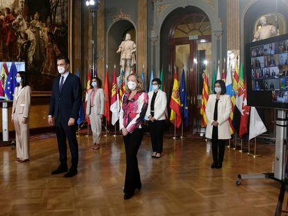 El presidente del Gobierno, Pedro Sánchez, con varios de sus ministros antes de la XXIII conferencia de presidentes, este lunes.
