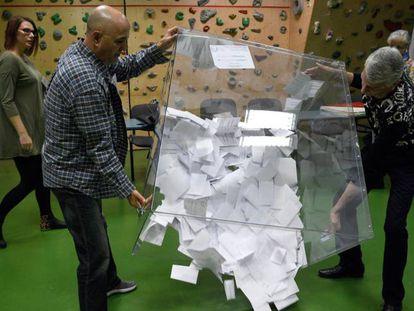Recuento de votos en la ciudad de Przemyśl este domingo durante la segunda vuelta de las elecciones locales y regionales de Polonia.