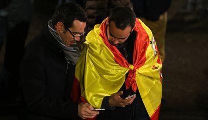 Dos personas, esperando el resultado durante las elecciones generales de 2015