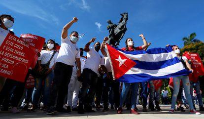 Cientos de cubanos participaron en una marcha en apoyo a la revolución cubana por la zona del Malecón en La Habana (Cuba) el pasado julio.