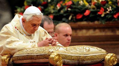 El pontífice Benedicto XVI, durante la Misa del Gallo en la Basílica de San Pedro.