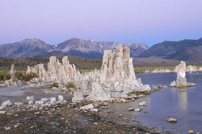El agua del lago Mono, en California, junto a las montañas de Sierra Nevada, tiene altas concentraciones de arsénico.