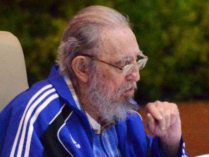 El fundador del régimen, Fidel Castro, asiste con su hermano Raúl a la sesión en la que se ha anunciado la nueva dirección