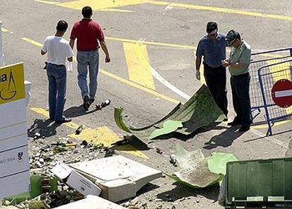 Agentes de la Guardia Civil y de la Policía toman muestras del contenedor donde estalló un artefacto en Sanxenxo.