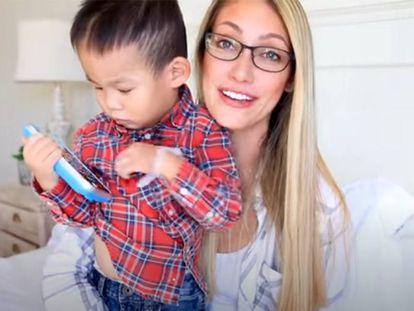 Huxley, con su madre adoptiva, Myka Stauffer, en un vídeo subido por esta a su canal de YouTube