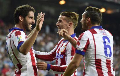 Griezmann celebra junto con Koke el gol de Raúl Garcia en el derbi ante el Real Madrid.