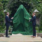 El príncipe británico Guillermo, duque de Cambridge (izq.), y el príncipe británico Harry, duque de Sussex, desvelan una estatua de su madre, la princesa Diana, en el Jardín Hundido del Palacio de Kensington.