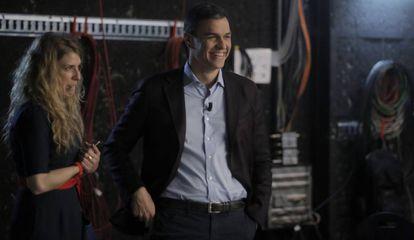 Pedro Sánchez, candidato del PSOE a las elecciones, este martes, con su directora de Comunicación, Verónica Fumanal, en la cadena de televisión Cuatro.